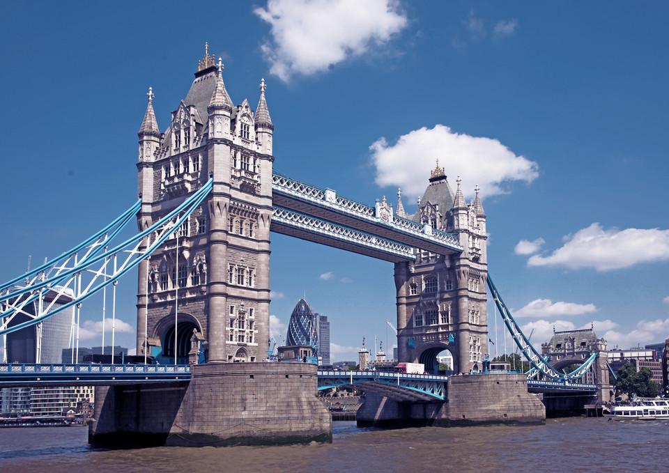 蓝白色的悬索,金色的塔顶,两扇桥段可以竖起83度让船只通过,这些独特之处吸引着世界各地的游客前来留影纪念。   但从今年10月1日起,你就不能再愉快地坐观光巴士到伦敦塔桥上照相了。   因为这座122岁的老桥要做身体检查,停止对机动车和自行车开放,下一次开放要等到2017年一月修葺完才可以。   小编了解,每天平均有2万多辆车和2万多名行人从桥上经过。   休整期间,平时行人仍然可以从桥上经过,但有三个周末,塔桥也将会向行人关闭,行人过河需要乘坐免费提供的渡船。